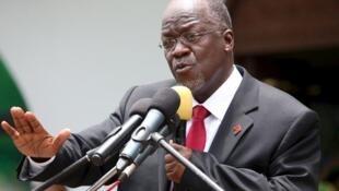 Rais wa Tanzania John Pombe Magufuli akiwahutubia wafuasi wa chama tawala CCM Makao makuu ya chama jijini Dar es Salaam.