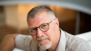 L'auteur sud-africain de romans policiers à suspense, Deon Meyer, parle de son travail lors d'une interview, le 23 janvier 2020, dans sa ville natale de Stellenbosch.