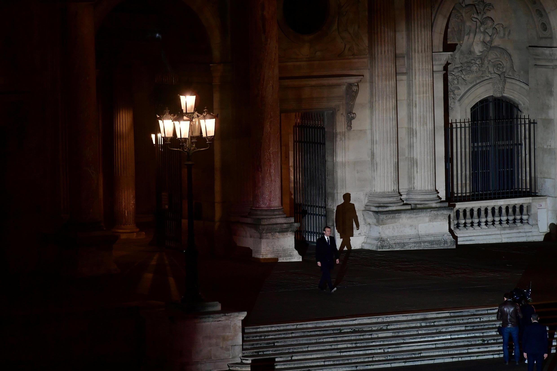 Избранный президент Франции Эмманюэль Макрон в одиночку пересекает площадь перед Лувром, 7 мая 2017 г.