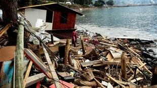 Destructions en bord de mer dans l'archipel de Juan Fernandez (Chili) après le tsunami qui a suivi le séisme du 27 février 2010 .