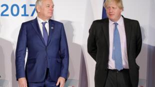 ពីឆ្វេងទៅស្តាំ លោក Jean-Marc Ayrault ប្រមុខការទូតបារាំង និងសមភាគីអង់គ្លេសលោក Boris Johnson ក្នុងពេលកិច្ចប្រជុំ G៧ នៅប្រទេសអ៊ីតាលី ថ្ងៃទី១១ មេសា ឆ្នាំ ២០១៧