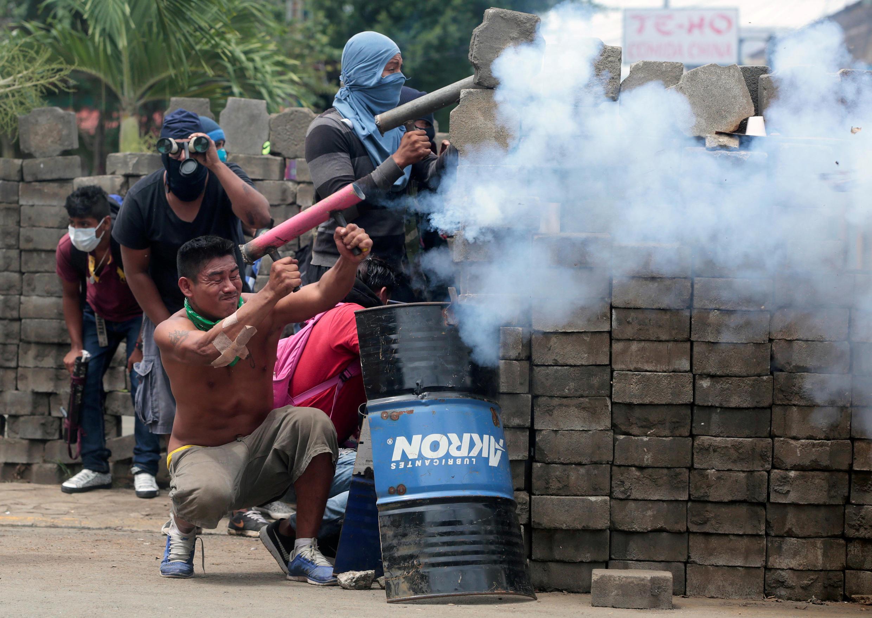 Des opposants derrière une barricade lors du violent assaut policier ce mardi 19 juin 2018 à Masaya.