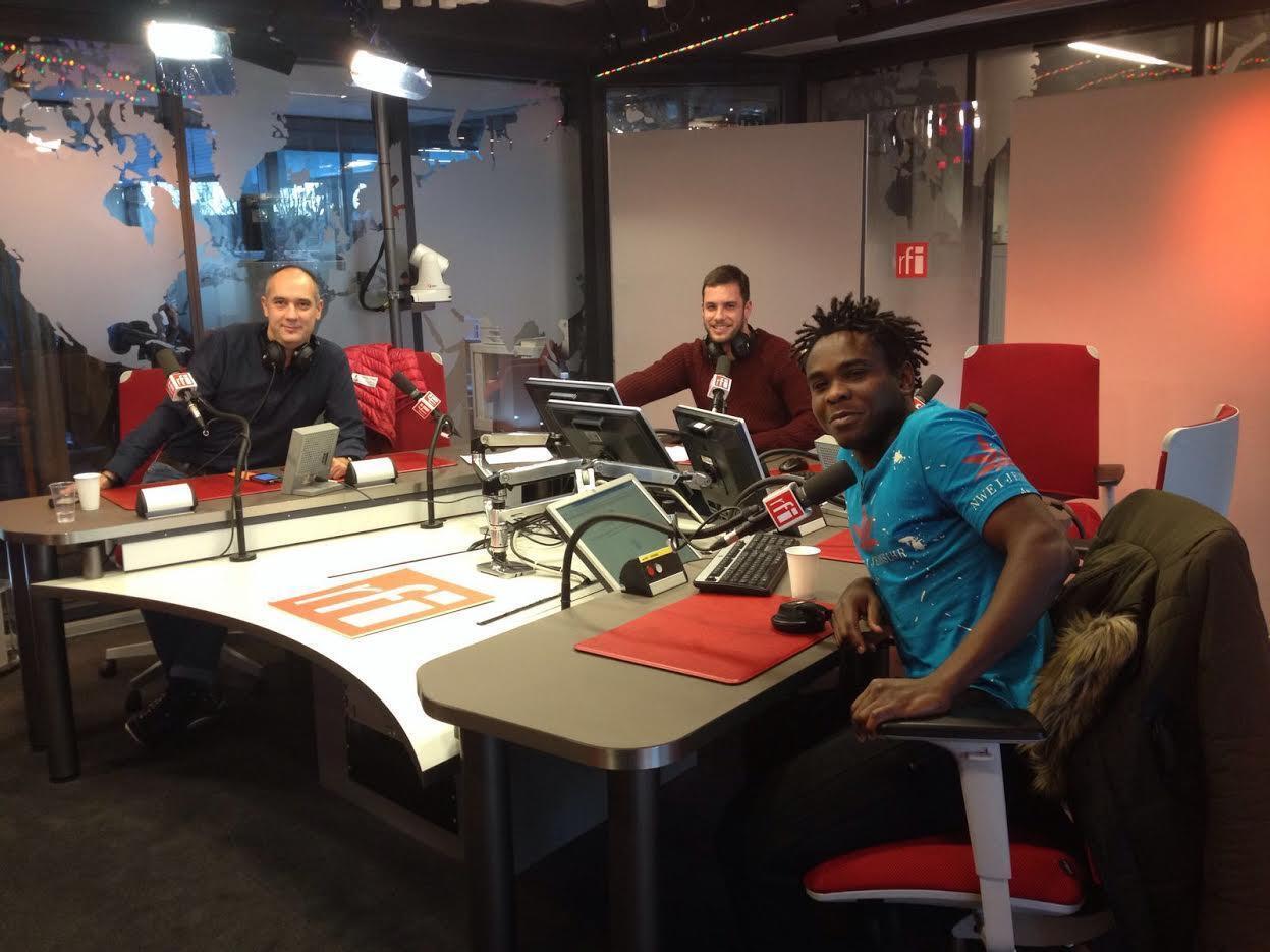 Bayan en los estudios de RFI con los periodistas Carlos Pizarro y Carlos Herranz