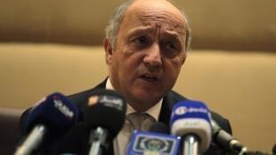 «Si vous suspendez les vols, il y aura quand même des vols indirects», explique le ministre français Laurent Fabius pour justifier le maintien de liaisons aériennes vers les pays les plus touchés par l'épidémie Ebola.