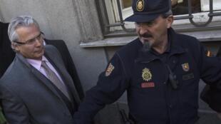 O juiz espanhol Baltasar Garzon (e) chega à Suprema Corte espanhola, para seu julgamento, em Madri, nesta terça-feira.