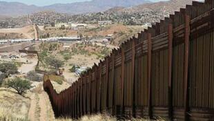 圖為美墨邊境線現有的防止偷渡1200公里長的高牆