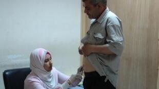 Um egípcio recebe uma injeção de interferon no hospital Al Ahrar de Zagazig, no Egito.