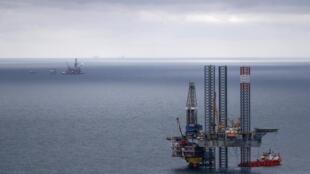 یک سکوی نفتی در شمال دریای خزر