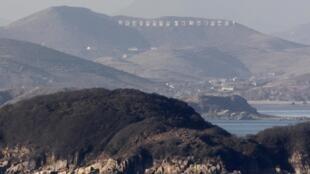 Khu vực Kangnyon, nơi đặt dàn trọng pháo của Bắc Triều Tiên (nhìn từ đảo Yeongpyeong của Hàn Quốc)