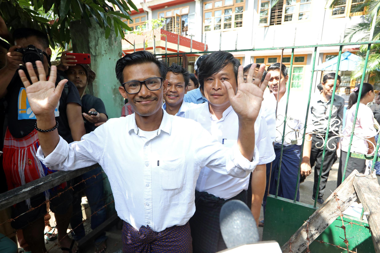 Ba nhà báo của Eleven Media lúc ra khỏi tòa án Tamwe, Rangoon, ngày 26/10/2018.