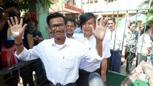Kyaw Zaw Linn, tổng biên tập tuần báo Eleven Media, cùng hai đồng nghiệp lúc ra khỏi tòa án Tamwe, Rangun, ngày  26/10/2018.
