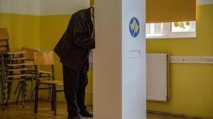 Eleições legislativas antecipadas no Kosovo. Mesa de voto em Mitrovica. 6 de Outubro de 2019.