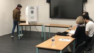 Eleitor se dirigindo à urna eletrônica para votar em Paris.