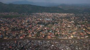 Vue aérienne de la frontière rwando-congolaise. En avant-plan, la ville de Goma, en RDC, et en arrière la ville de Gisenyi, au Rwanda.