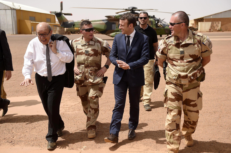 Президент Эмманюэль Макрон и глава МИД Жан-Ив Ле Дриан на французской базе в Мали 19 мая 2017.