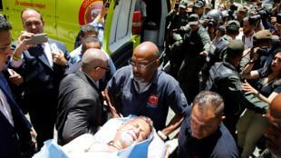 Três deputados da oposição ficaram feridos em confrontos com partidários do presidente Nicolás Maduro, em Caracas.