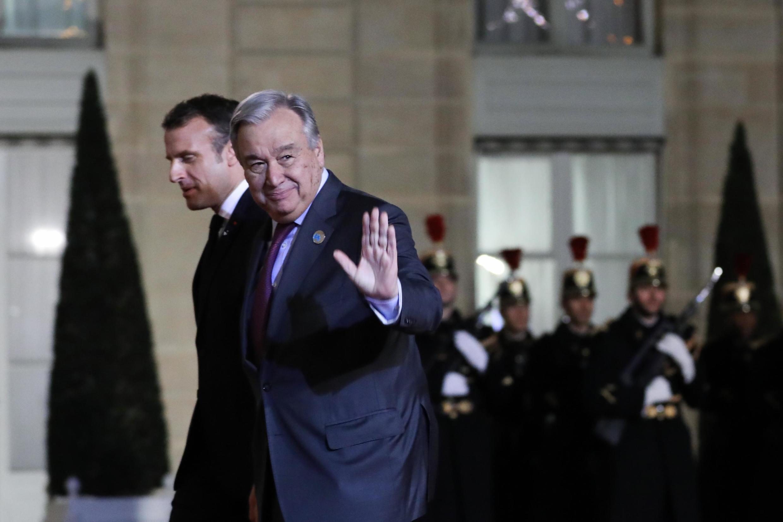 António Guterres, secrétaire général de l'ONU (G) et le président français Emmanuel Macron avant le discours d'introduction du Forum de Paris sur la paix, lundi 11 novembre 2019.