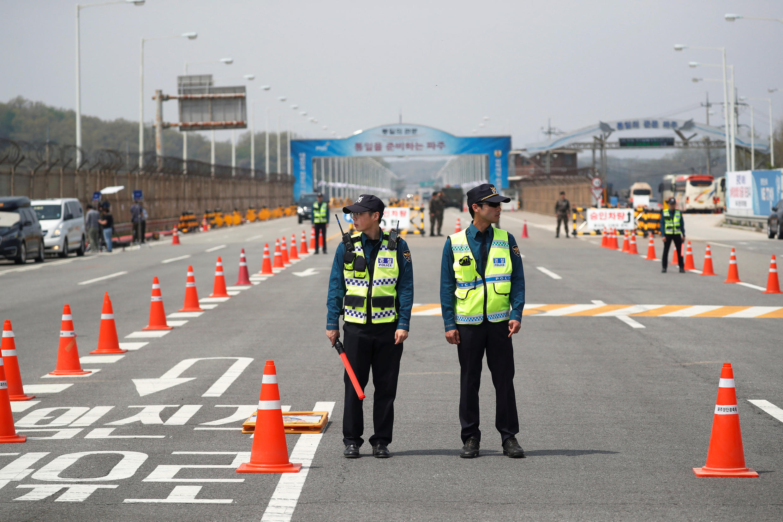 Cảnh sát Hàn Quốc tại Cầu Lớn, một trong những lối vào khu vực tổ chức thượng đỉnh Liên Triều ngày 27/04/2018.