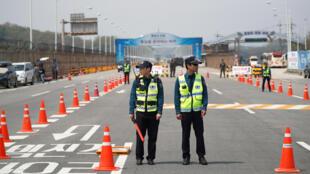 Des policiers sud-coréens sur le grand pont de l'Unification qui mène au lieu du sommet inter-coréen, le 26 avril 2018.