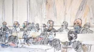 """Los acusados y sus abogados en el juicio de """"Charlie Hebdo"""" en una ilustración de la audiencia realizada el 2 de septiembre de 2020."""