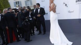 Sharon Stone, deslumbrante num vestido branco na noite de glamour na Gala amFAR em Cap d`Antibes.