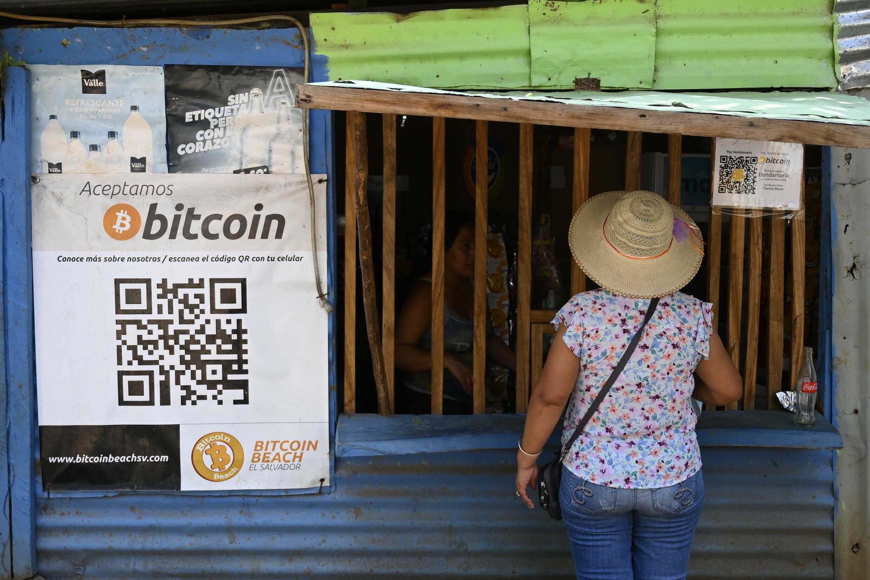 Una mujer compra en una tienda que acepta bitcoins en El Zonte, La Libertad, El Salvador, el 4 de septiembre de 2021