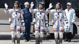 Ba phi hành gia Trung Quốc trước khi lên tàu Thần Châu, ngày 16/06/2012