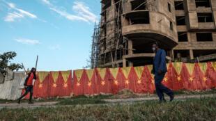Des habitants de Mekele marchant devant des drapeaux de la région du Tigré peint sur les murs, le 6 septembre 2020.