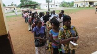 Des électeurs attendant devant un bureau de vote à Mouilla, au Gabon, le 17 déembre 2011.