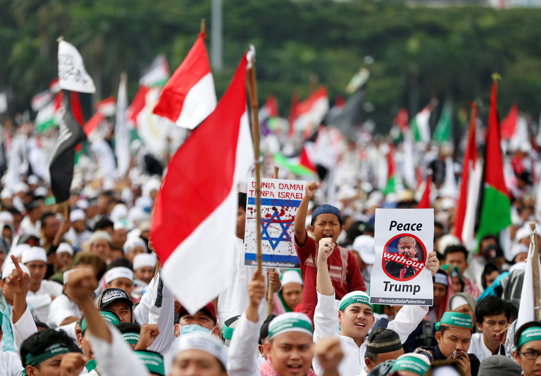Dubban 'yan kasar Indonesia a birnin Jakarta, masu zanga-zangar adawa da matakin shugaban Amurka Donald Trump na bayyana Birnin Kudus a matsayin fadar gwamnatin Isra'ila.