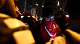 Après les événements de ce samedi 11 mars, la Turquie attend des excuses des Pays-Bas, dit Mevlut Cavusoglu.