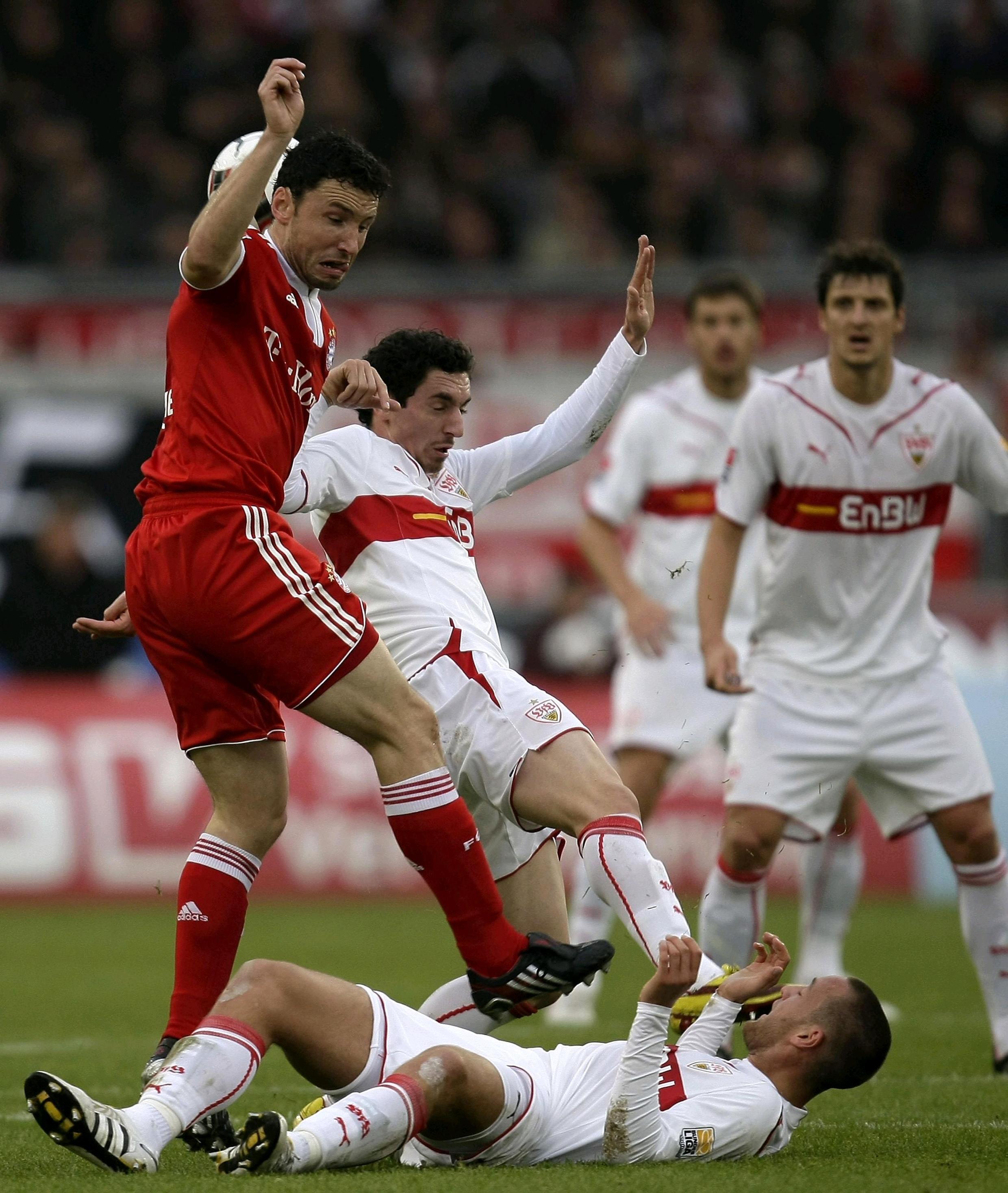 Le capitaine du Bayern Munich, Mark Van Bommel, en difficulté.