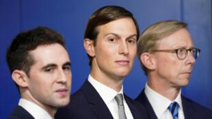 前白宫顾问贾里德·库什纳,副手艾维·贝科维茨(左),前美国驻伊朗特使布莱恩·胡克(右)2020年8月13日在白宫新闻发布会。