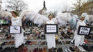 Экологические активисты на акции протеста на площади Республики в Париже в день открытия международной конференции по климату COP21, 29 ноября 2015 года