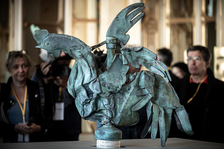 Медный петух, стоявший на шпиле Нотр-Дам де Пари, уцелел.