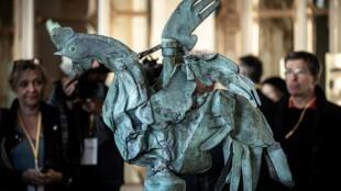 Le coq de Notre-Dame tombé de la flèche lors de l'incendie du 15 avril exposé au ministère de la Culture, le 20 septembre 2019.