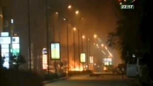 Des images du Splendid Hôtel, en feu, après l'attaque par des hommes armés, le 15 janvier 2016.