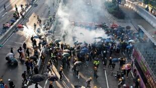 香港警方施放催泪瓦斯驱赶示威者 2019年8月4日