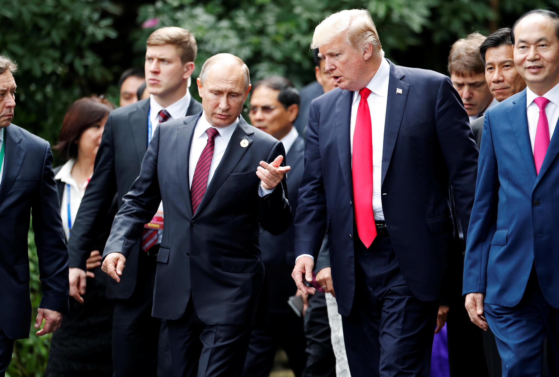 Hai ông Donald Trump (P) và Vladimir Putin trong lần gặp bên lề thượng đỉnh APEC, ngày 11/11/2017, Đà Nẵng, Việt Nam