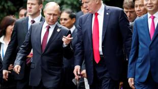 """Tổng thống Nga Vladimir Putin và đồng nhiệm Mỹ Donald Trump có vẻ """"tâm đầu ý hợp"""". Ảnh chụp ngày 11/11/2017."""