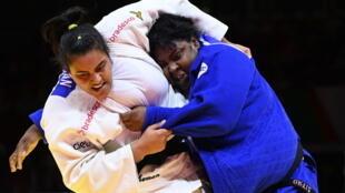 La brasileña Maria Suelen Altheman (blanco) combate con la cubana Idalys Ortiz por la medalla de bronce en los +78kg femeninos del Mundial de judo el 12 de junio de 2021 en Budapest