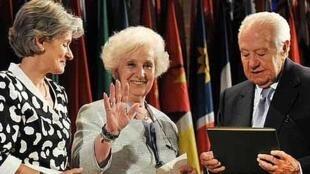 Estela de Carloto, présidente des grand-mères de la Place de mai en Argentine, lors de la cérémonie de la distribution de prix 2010 pour la recherche de la paix Houphouët-Boigny, le 14 septembre 2011, au siège de l'UNESCO à Paris.