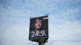 Блок ХДС и ХСС, по опросам, набирает 37% голосов на выборах в бундестаг. Ангела Меркель в четвертый раз должна стать канцлером Германии