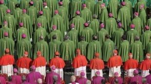 Епископы и кардиналы на церемонии открытия Синода перед собором Святого Петра в Ватикане 07/10/2012