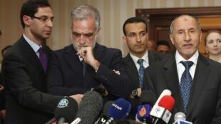 Kiongozi wa baraza la NTC nchini Libya Moustapha Abdeljalil (kulia) akiwa na Luis Moreno Ocampo (kushoto)
