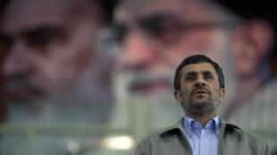 O Presidente iraniano, Mahmoud Ahmadinejad em frente ao retrato do líder supremo Ayatollah, Ali Khamenei.