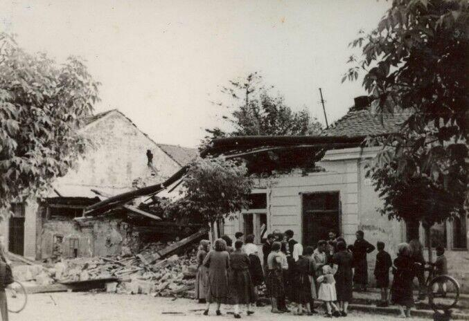 Civilians_inspecting_residential_damage_after_the_bombing,_Kassa_1941