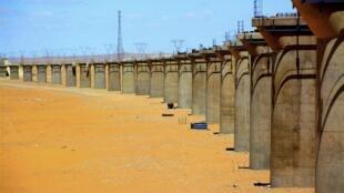 Công trình xây cầu đường  xe lửa ở vùng sa mạc Kumtag, Cam Túc. Ảnh 11/07/2014