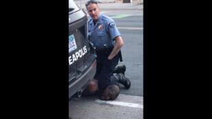 O policial  inmoviliza a George Floyd el 25 de mayo 2020 en Minneapolis.