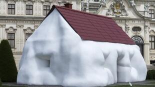 Fat House, l'une de oeuvres d'art d'Erwin Wurm dans le jardin du Belvédère à Vienne, en Autriche.